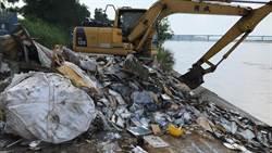 高屏溪遭人惡意遺棄廢棄物 橋檢深入查辦