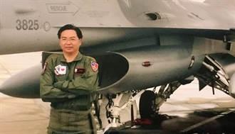 空軍路克基地受訓計畫延續 吳釗燮秀飛行服照