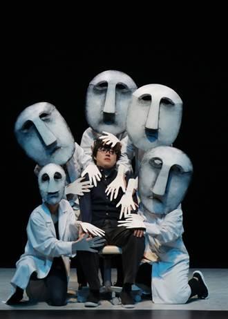 飛人集社《黑色微光》電影式光影結合偶戲展現奇想詩意