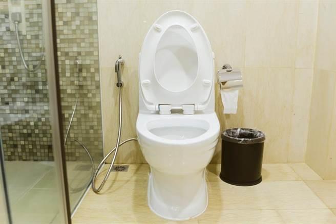 為何東南亞國家馬桶旁都有根水管?