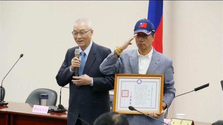 國民黨主席吳敦義(左)17日下午在中常會後頒發入黨50年榮譽狀給鴻海董事長郭台銘(右)。(本報系資料照片)