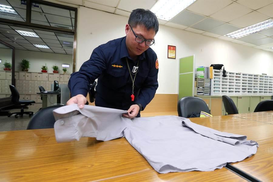 台北市警局三張犁派出所的員警準時換上新裝,並仔細地將舊制服摺好保存。(黃世麒攝)