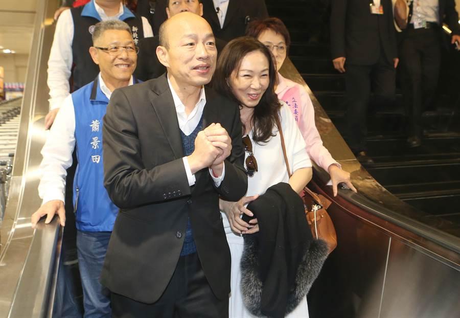 韓國瑜親切的向接機群眾與採訪媒體打招呼。(報系資料照/陳麒全攝)
