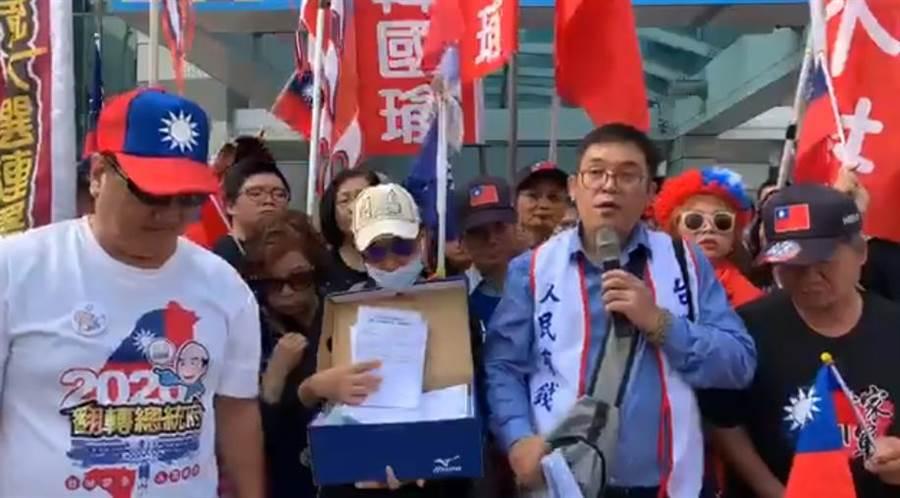 陳清茂率眾赴國民黨中央黨部抗議。(圖/翻攝自陳清茂臉書直播)