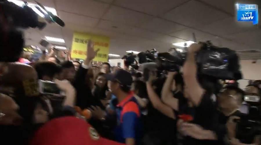 現場熱情民眾推擠,讓韓市長擔心佳芬姊安危,現場高喊不要動。(翻攝中天臉書直播)