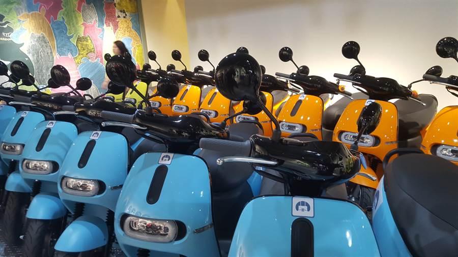 基隆市環保局為鼓勵市民淘汰二行程機車,並新購電動二輪車,總計每輛最高可補助1萬8500元。(張穎齊攝)