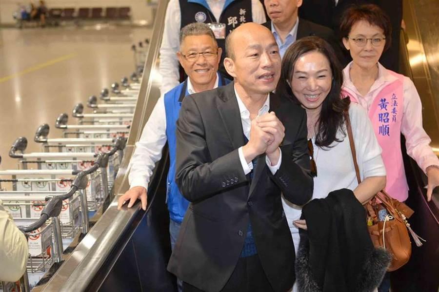 高雄市長韓國瑜18日返抵國門,圖為他返抵桃園機場的畫面,他稍後在鳳山行政中心受訪時表示,此行收獲滿滿。(圖:高雄新聞局提供)