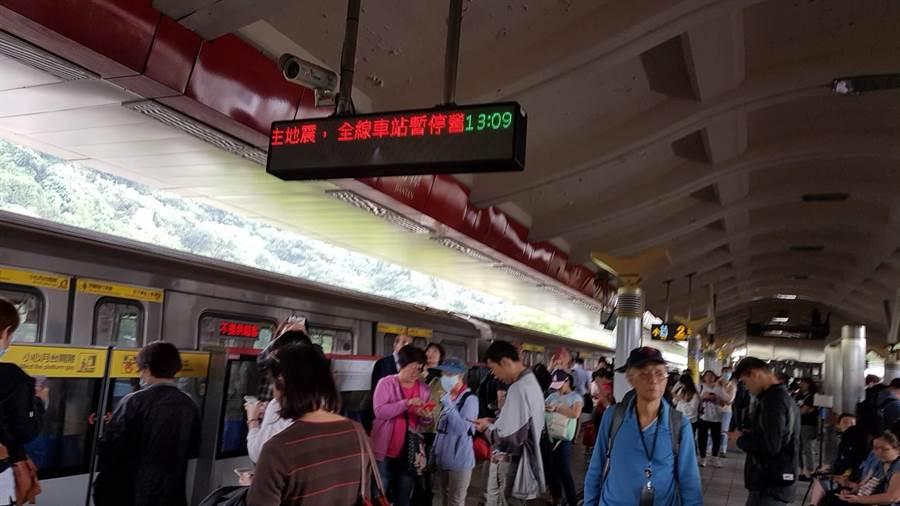 北捷停駛,圖為旅客都在劍潭站下車。(徐秀娥攝)