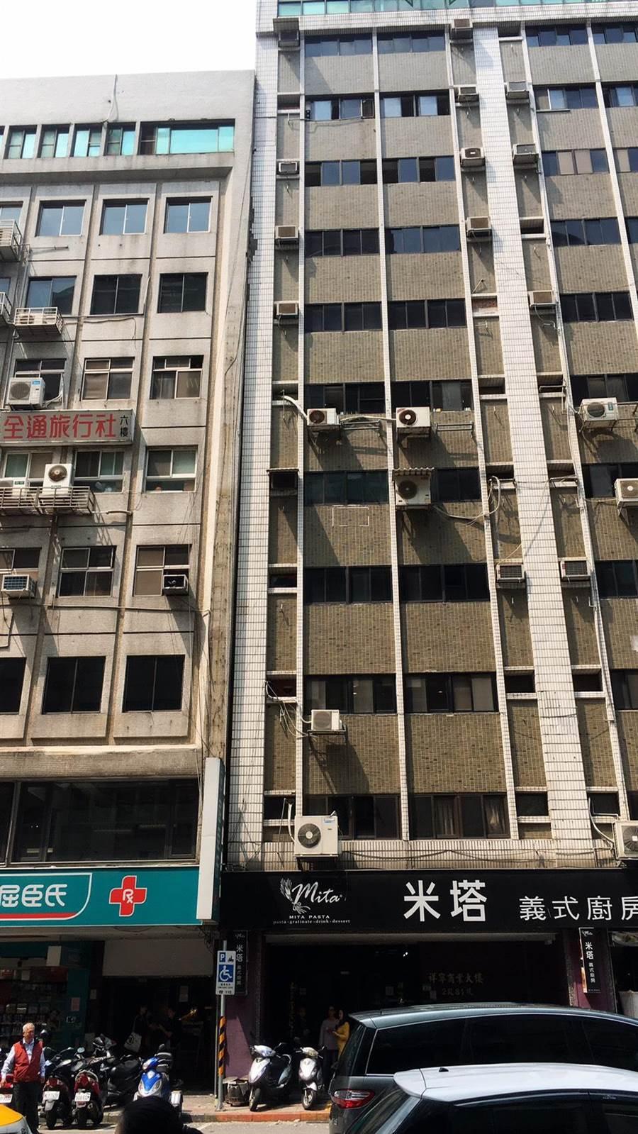 台北長安東路二段上有大樓傾斜,所幸無人受困。(圖/北市消防局提供)