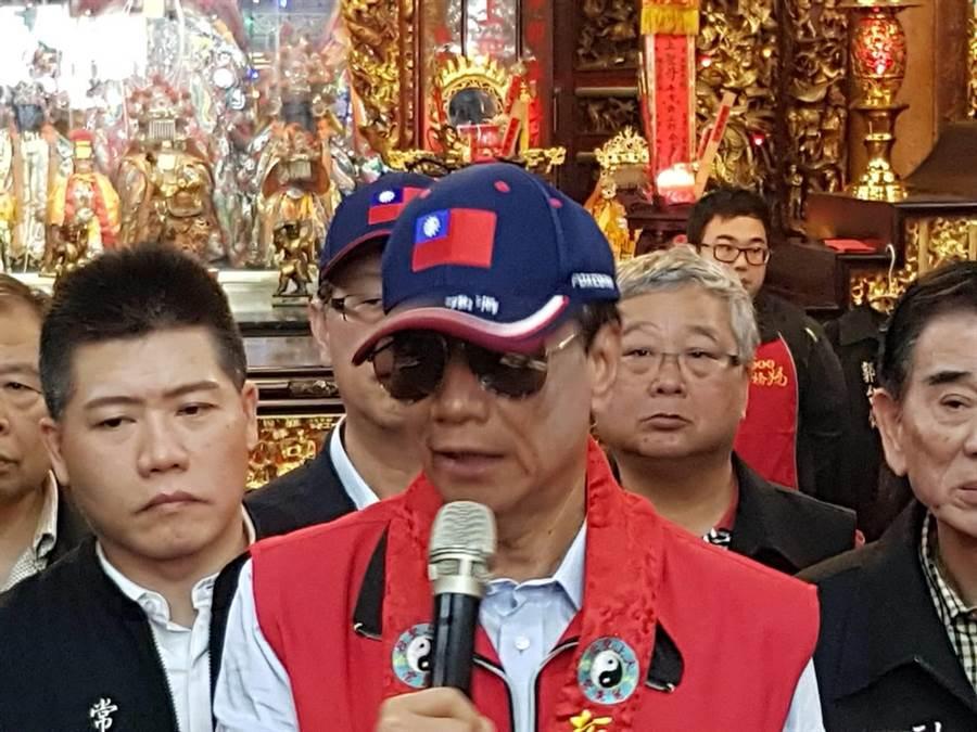鴻海董事長郭台銘在慈惠宮透露媽祖有託夢要他多照顧年輕人。(鄭淑芳攝)