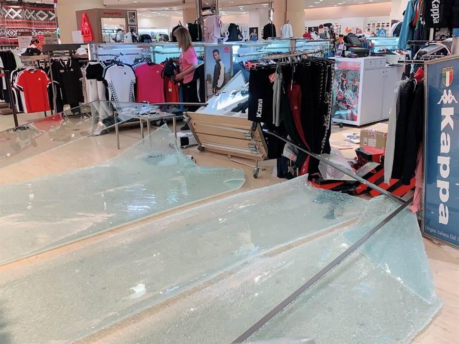 遠百花蓮店3樓鄰近MUJI無印良品店外有4片大玻璃倒下,已緊急處理。(遠百提供)