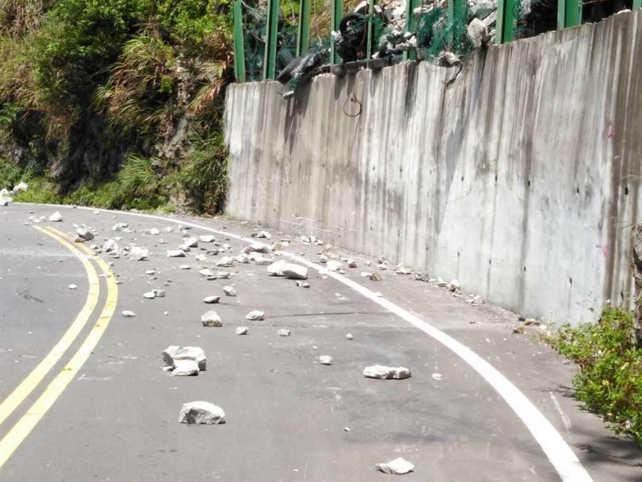 花蓮地震,中橫臨37便道震度達5級,發生10餘處落石,8名官員一度受困。(王文吉翻攝)
