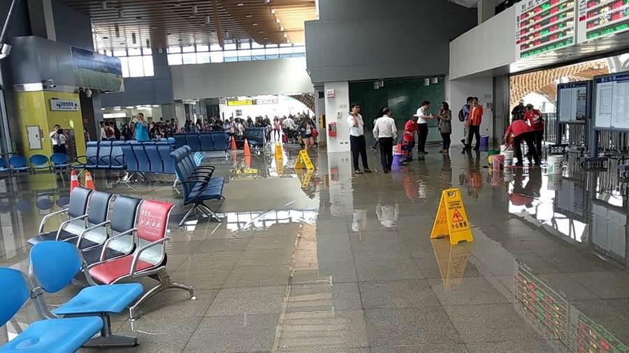花蓮站大廳因地震致水管斷裂而發生漏水,目前已初步搶修停止漏水,待清潔後即可恢復正常。(鐵路局提供)
