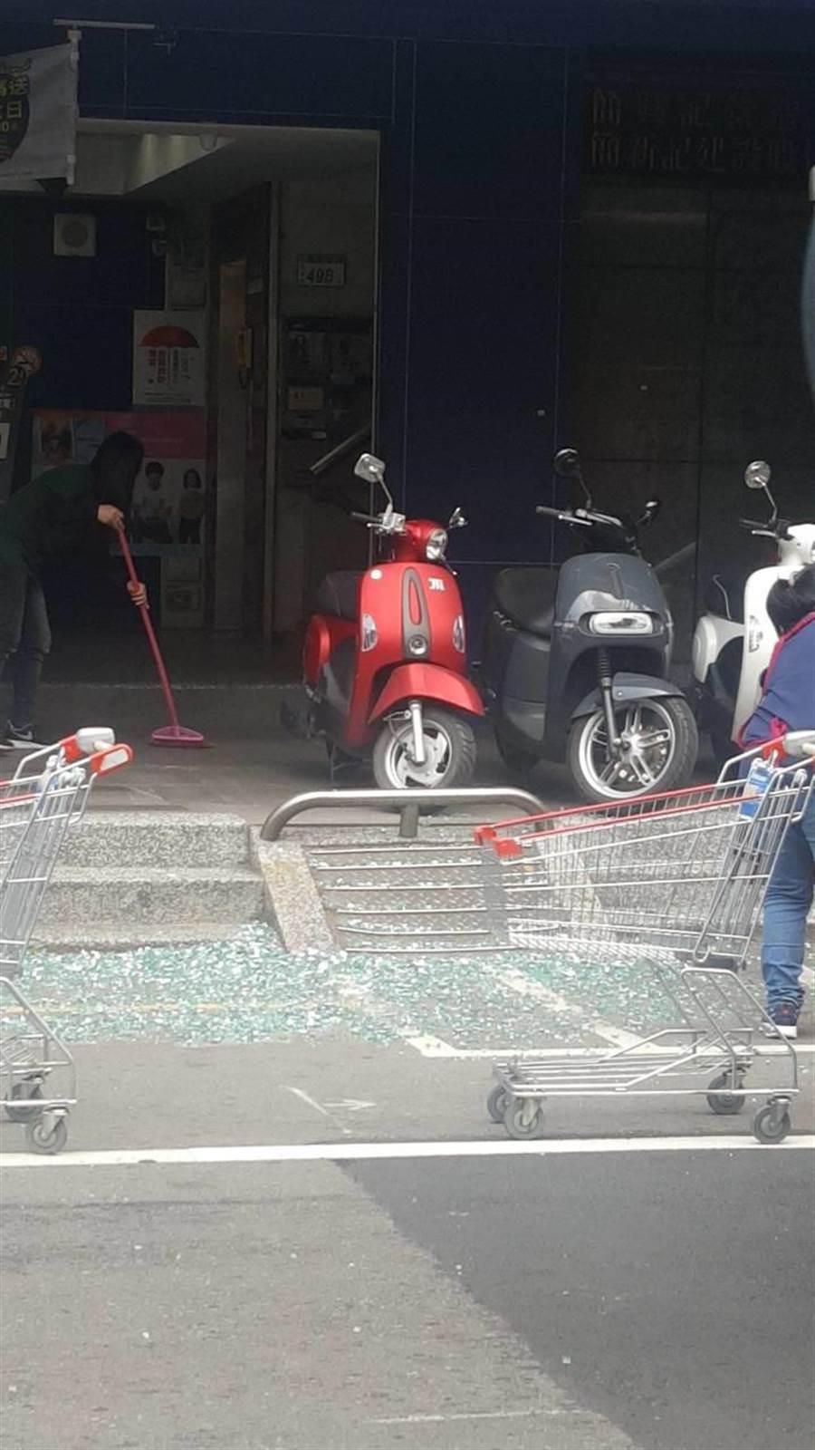 桃園區中正路上的全聯福利中心玻璃遭震碎。(蔡依珍翻攝)