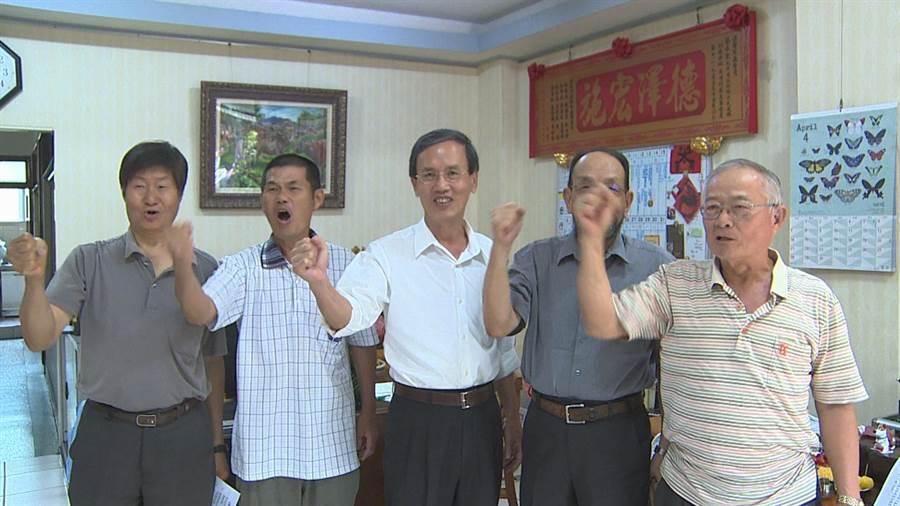 嘉義市議員蔡永泉(中)宣布參選立委。(廖素慧翻攝)