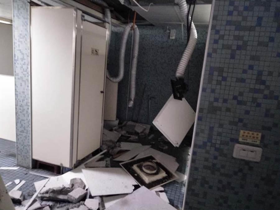 廁所幾乎全毀,所幸當時沒學生在裡面,才沒造成人受傷(圖翻攝自臉書/師大學生會)