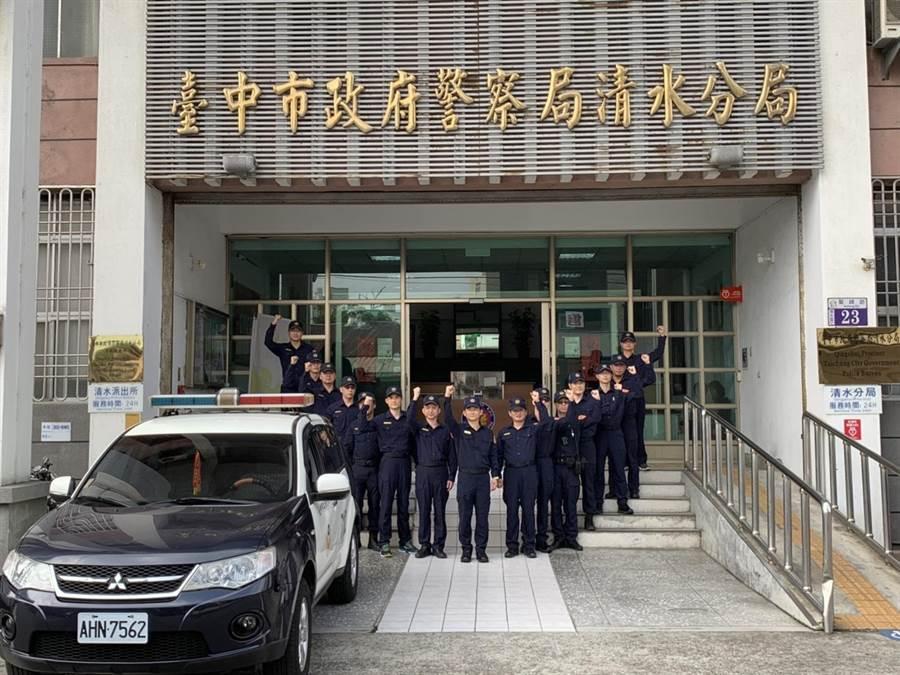 全國警察今天換上新制服,個個展現精神抖擻的辦案士氣。(陳淑娥翻攝)