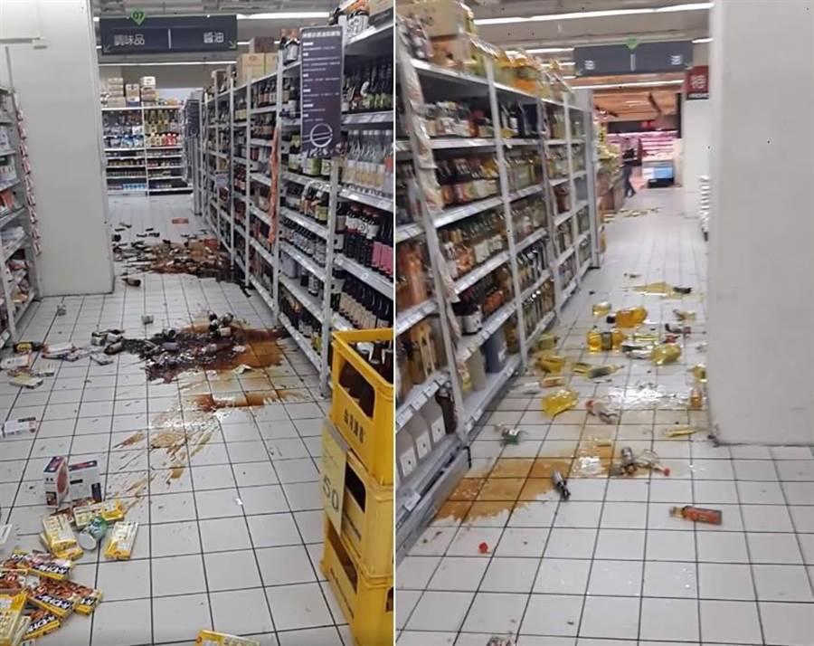 有民眾在家樂福花蓮目睹地震當下貨品散落地面混亂畫面。(翻攝自網路)
