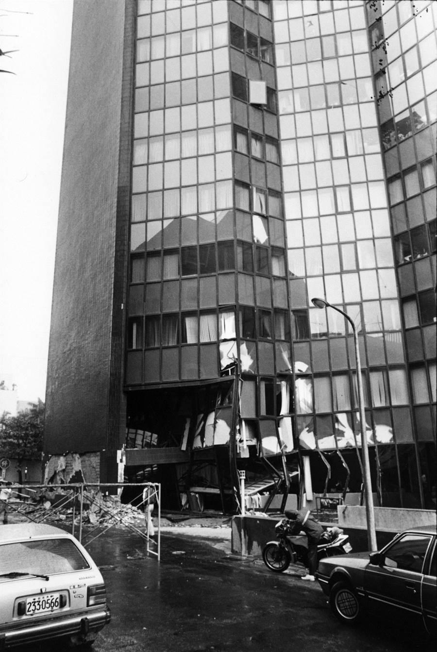 圖為1986年花蓮強震,造成台北的裕台大樓傾斜,該大樓一樓的台北市中小企業銀行門口損毀。(中時報系資料照片)
