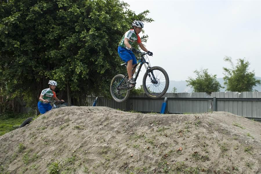 自由車選手騎乘起來將更舒適。(陳淑娥攝)