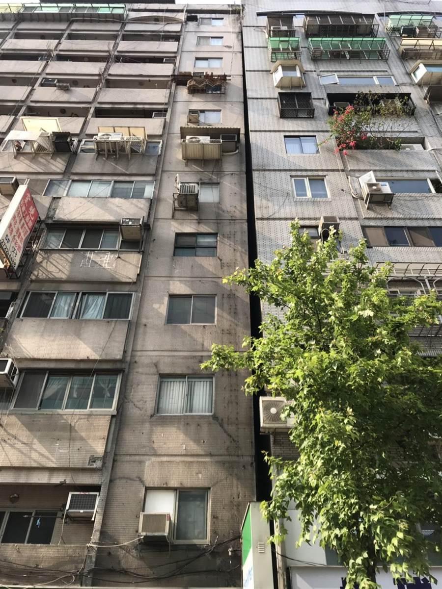 北市信義路一棟大樓傾斜靠在隔壁大樓。(林郁平翻攝)