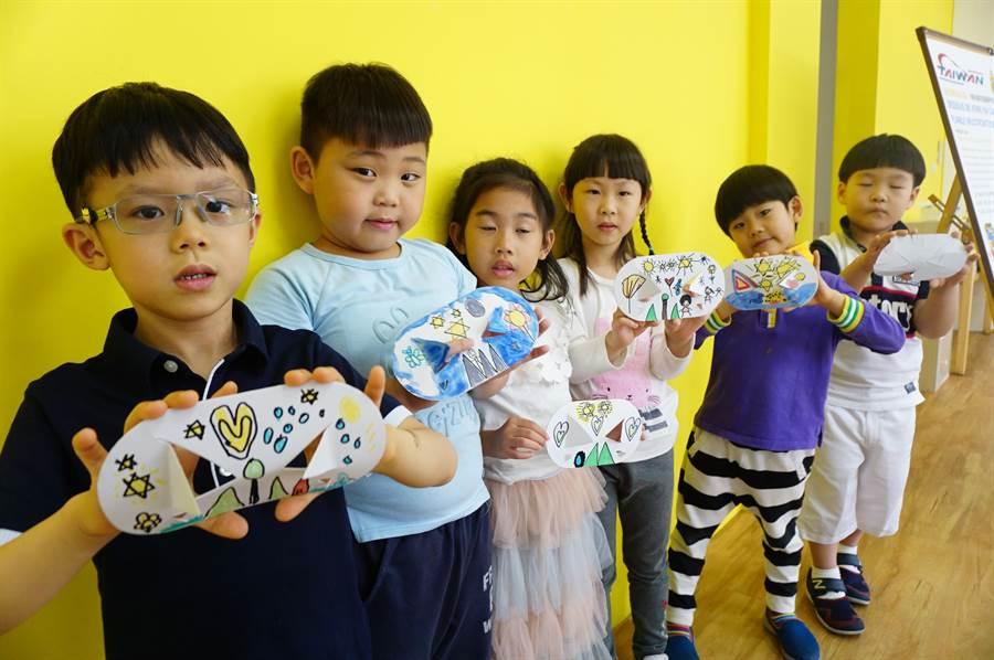 平均年齡6歲的幼兒園學童,透過厚紙板剪折,創作「多功能可折疊杯墊」。(王文吉攝)