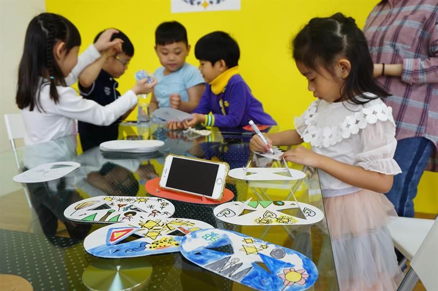 6位平均年齡6歲的幼兒園學童創作「多功能可折疊杯墊」,號稱年紀最小的發明家。(王文吉攝)