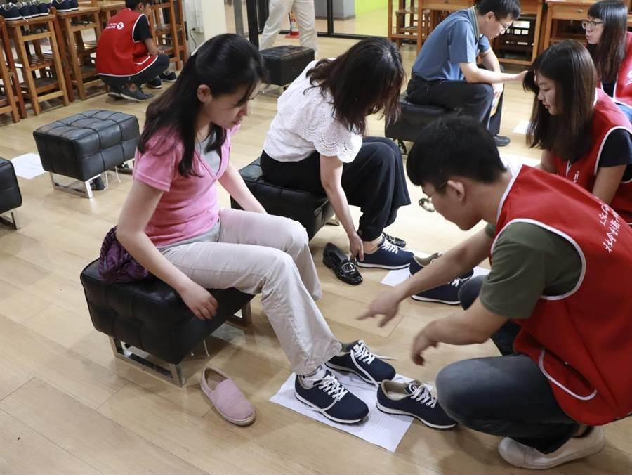 逢甲大學舉辦「買一雙、送一雙」公益鞋活動,才開賣立即秒殺,盼將愛心送到偏鄉。(逢甲提供)