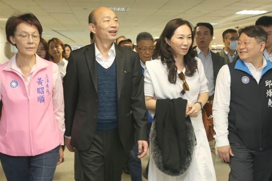 高雄市長韓國瑜18日清晨抵桃園機場,親切向群眾打招呼。隨後在高市府受訪時否認曾寫信給吳敦義。(陳麒全攝)