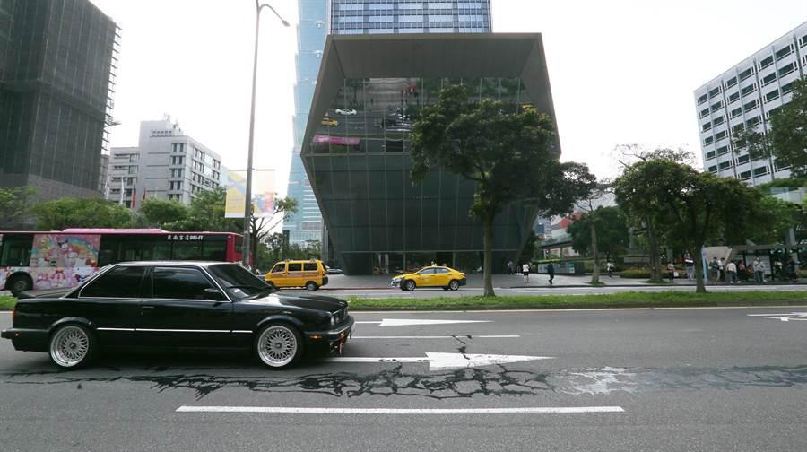 北市工務局回應,松仁路面的黑色線條是採用路面修繕維護所用的新材料修補工法。(張鎧乙攝)