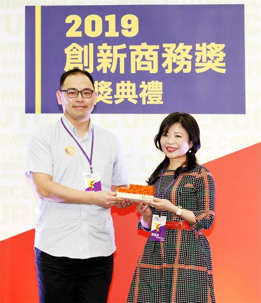 元大金控數金長郭美伶(右)代表接受數位時代《2019創新商務獎-最佳產品創新》銅獎獎項。圖:元大證券提供