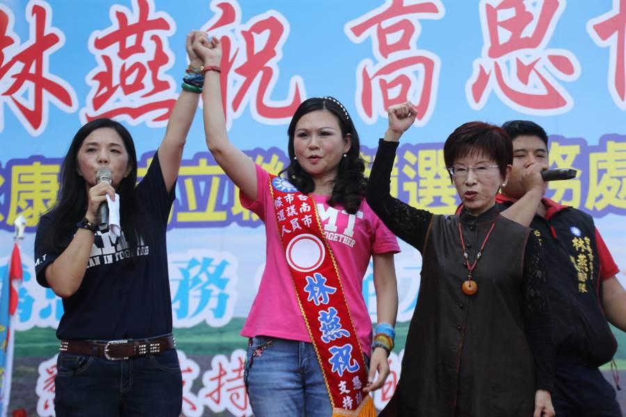 林燕祝(中)在去年9合1選舉中,拿下台南市第7選區議員第一高票。(程炳璋攝)