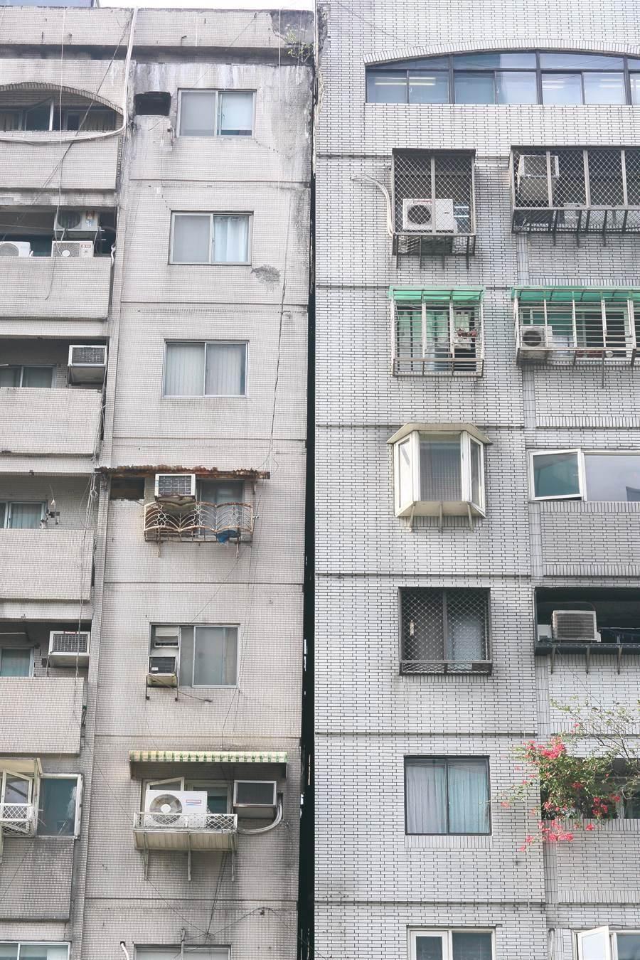 花蓮18日發生芮氏規模6.1級地震,位於北市信義路4段405號的富貴角大樓,疑因地震發生傾斜情形,里長表示該大樓921時就已經有傾斜,經建管處會同專業公會鑑定後,認定並無立即危險,先前疏散的32位民眾皆已返家。(張鎧乙攝)