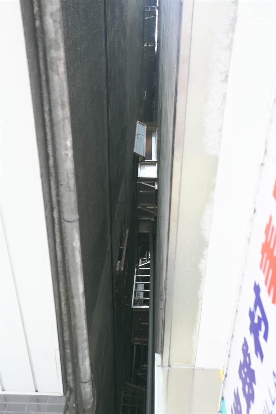 花蓮18日發生芮氏規模6.1級地震,位於北市信義路4段405號的富貴角大樓,疑因地震發生傾斜情形,里長表示該大樓921時就已經有傾斜,住戶的鐵窗都已靠到隔壁大樓牆上,經建管處會同專業公會鑑定後,認定並無立即危險,民眾皆已返家。(張鎧乙攝)