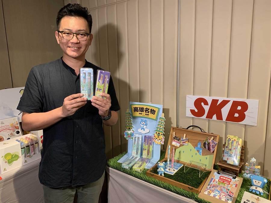 高市十大伴手禮選拔18日起跑,老品牌SKB祭出龍虎塔文創鋼珠筆。(柯宗緯攝)
