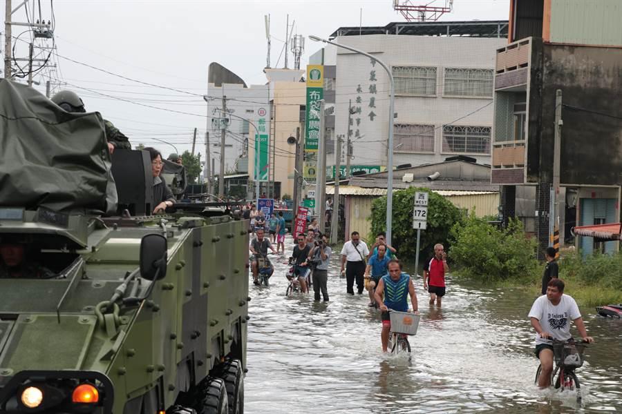蔡英文總統於2018年8月29日在嘉義縣搭雲豹甲車勘災。(圖/資料照片,張亦惠攝)