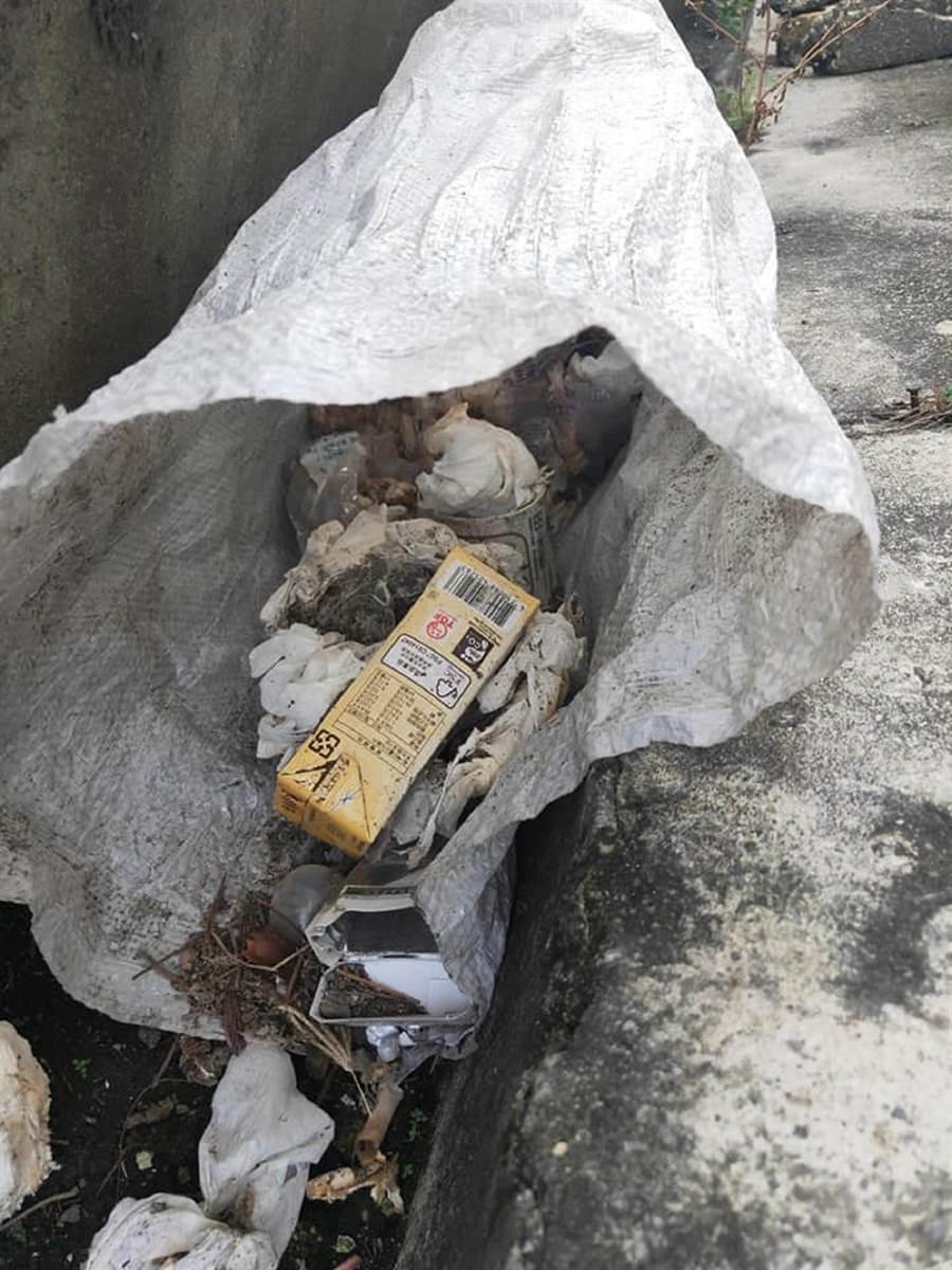 6隻小狗被裝在米袋裡當垃圾丟。(張瑞友提供)