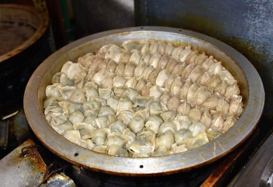 岡山黃昏市場「原之味」剛出爐的鍋貼。(林瑞益攝)