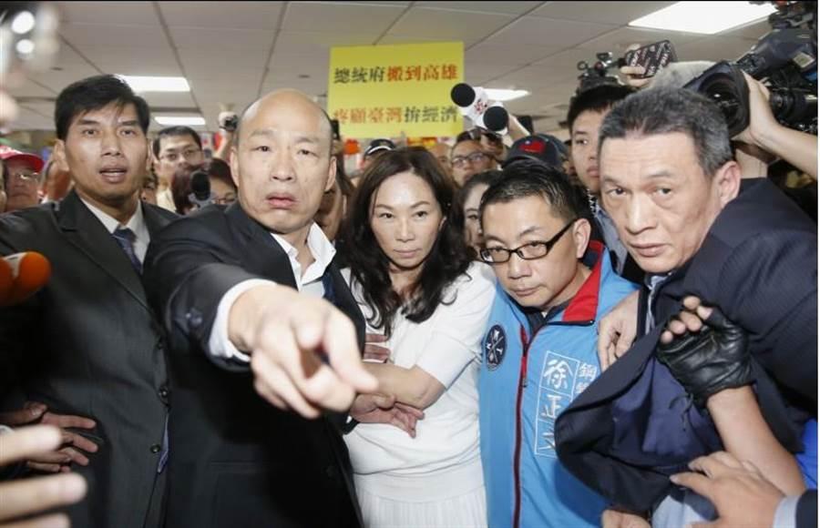 接機現場群眾過於熱情,發生嚴重推擠,讓擔心現場人員發生危險的韓國瑜罕見動怒,忍不住食指指向前方,數度眉頭緊蹙地大吼「不要動!很危險!通通不要動」。(陳麒全攝)