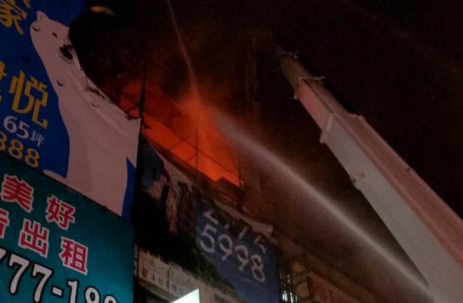 三重公寓晚間發生火警,火舌從4樓冒出。(吳家詮翻攝)