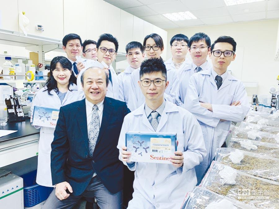凌越生醫董事長陳作範(左)與經營團隊共同發布「Sentinel非洲豬瘟病毒抗體快速診斷試劑」,是全亞洲第一個獲OIE驗證認定、符合國際水準的產品。圖/凌越生醫提供