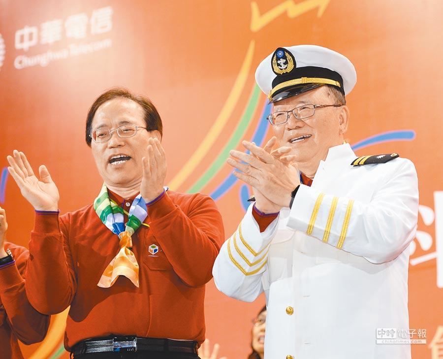 中華電現任董事長鄭優以屆齡為由「被退休」,由總經理謝繼茂升任。圖為去年中華電信尾牙,鄭優(右)穿上船長制服與謝繼茂(左)一同帶領同仁唱歌。(本報資料照片)