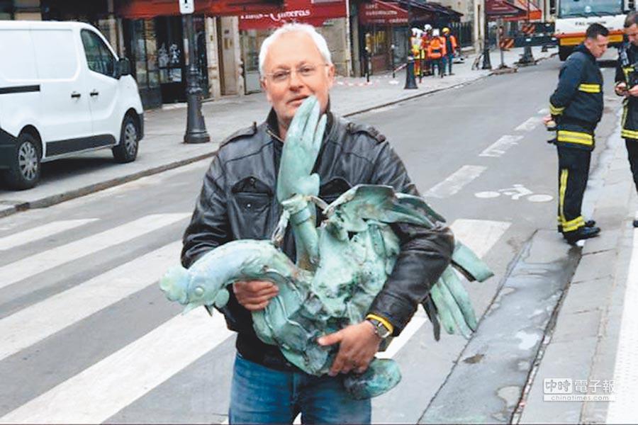 法國建築協會主席夏努清點火場後,發現聖母院尖塔頂端的「青銅公雞」完好,開心地宣告好消息。(摘自推特)