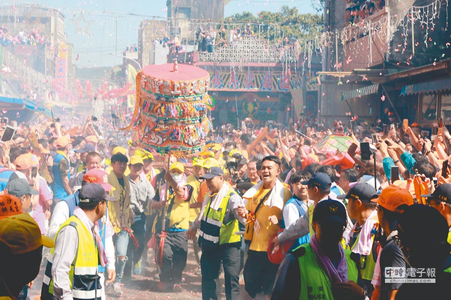 通霄白沙屯媽祖17日下午回鑾返抵拱天宮,湧入大批信眾迎接。(何冠嫻攝)