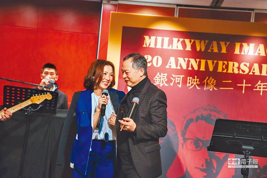 杜琪峰(右)為鄭秀文遭背叛抱不平。(資料照片)
