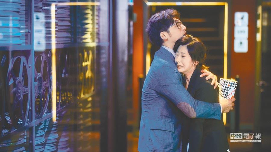 賈靜雯(右)在《我們與惡的距離》中飾演喪子的母親,左為溫昇豪。
