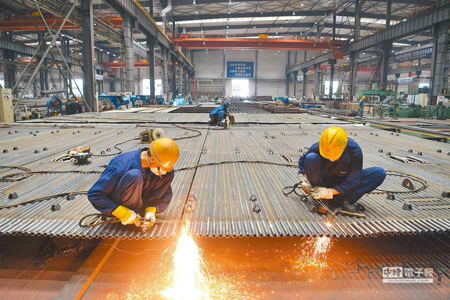大陸第一季固定資產投資,同比增長6.3%。圖為四川某工廠內正在工作的工人。(中新社資料照片)
