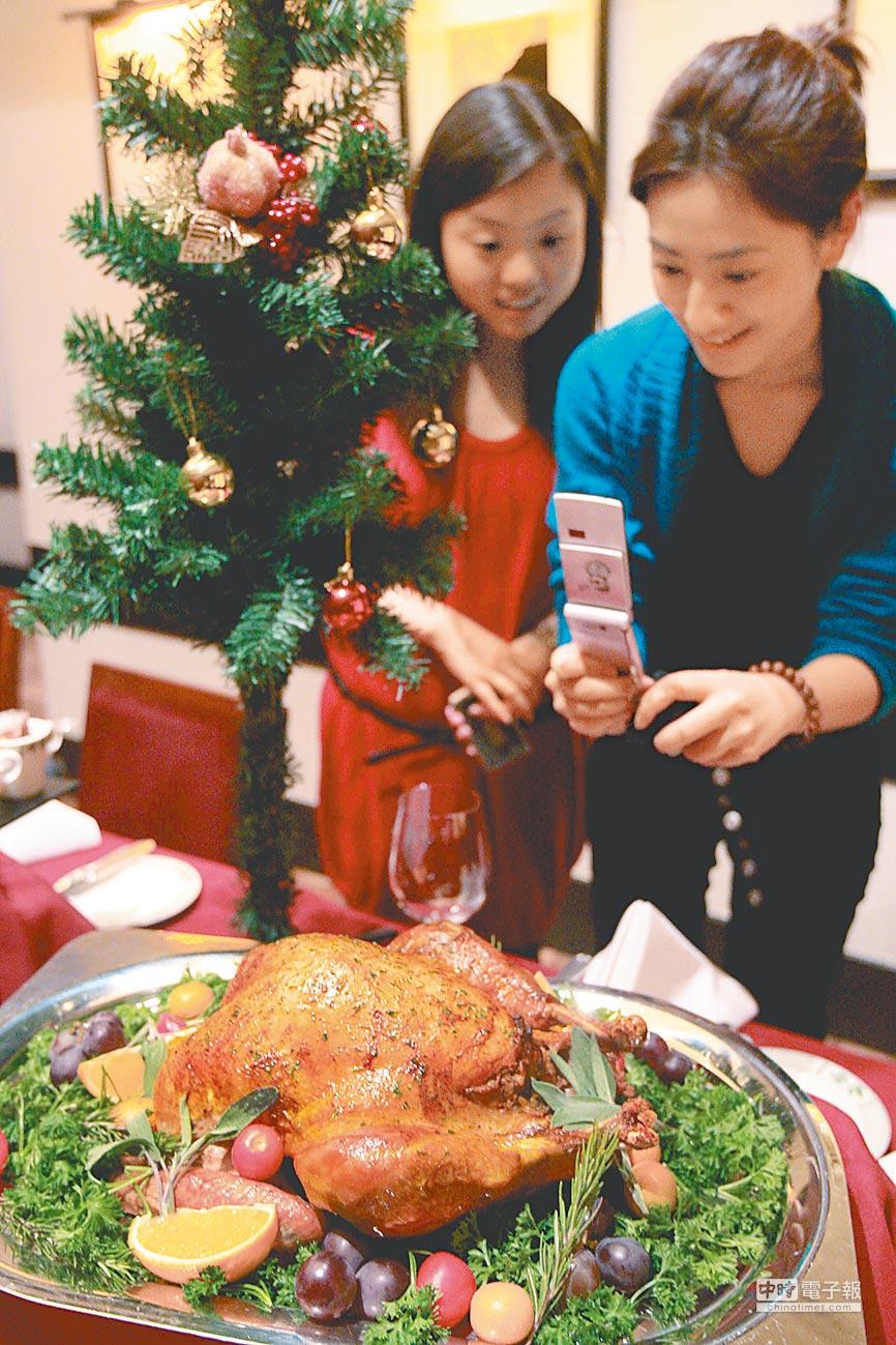 大陸或取消美國家禽進口禁令。圖為上海一家美國餐館的進口火雞。(中新社)