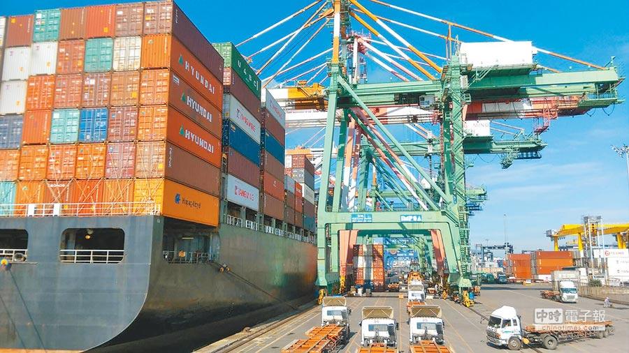 停靠在高雄港中的貨櫃船。(本報資料照片)