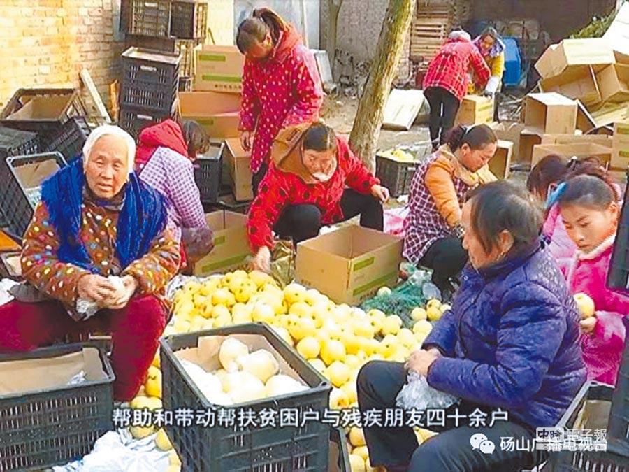 李娟幫助扶貧戶與殘疾人40餘戶。(取自碭山廣播電視台)
